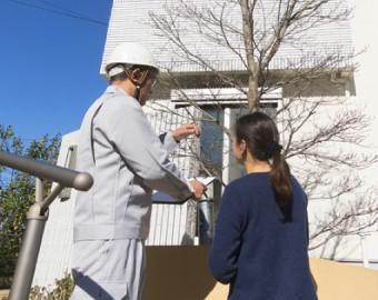 施工内容を近隣の方に説明するスタッフ