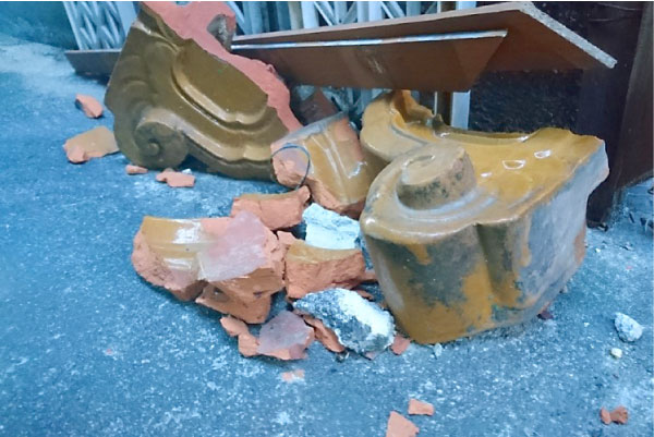 突風により落下した瓦