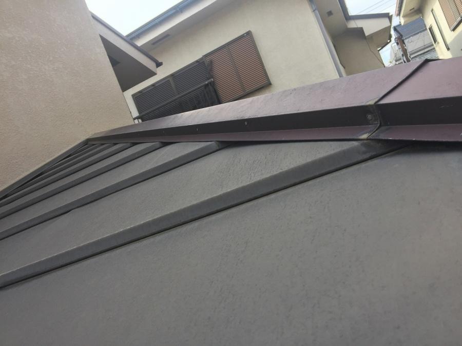 川越市でガルバリウム鋼板の屋根塗装で高圧洗浄の様子のご紹介です!