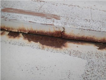 腐食したトタン屋根の芯木