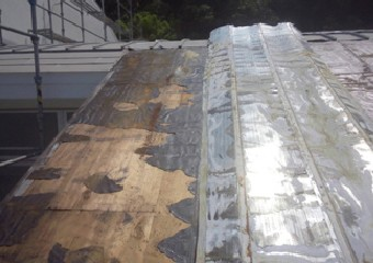 屋根材を剥がし撤去していく様子