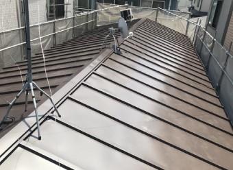 45cm程度の間隔で傾斜方向(縦)に木製の桟を設けトタン屋根